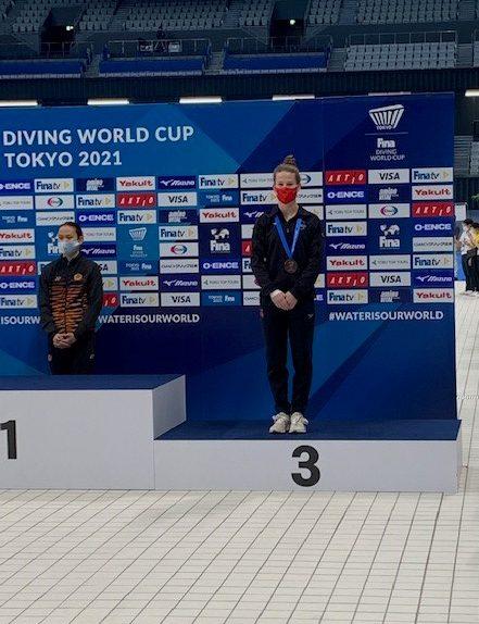 Caeli McKay sur le podium avec sa médaille de bronze.