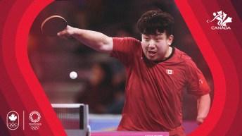 Visuel d'un joueur de tennis de table qui frappe une balle.