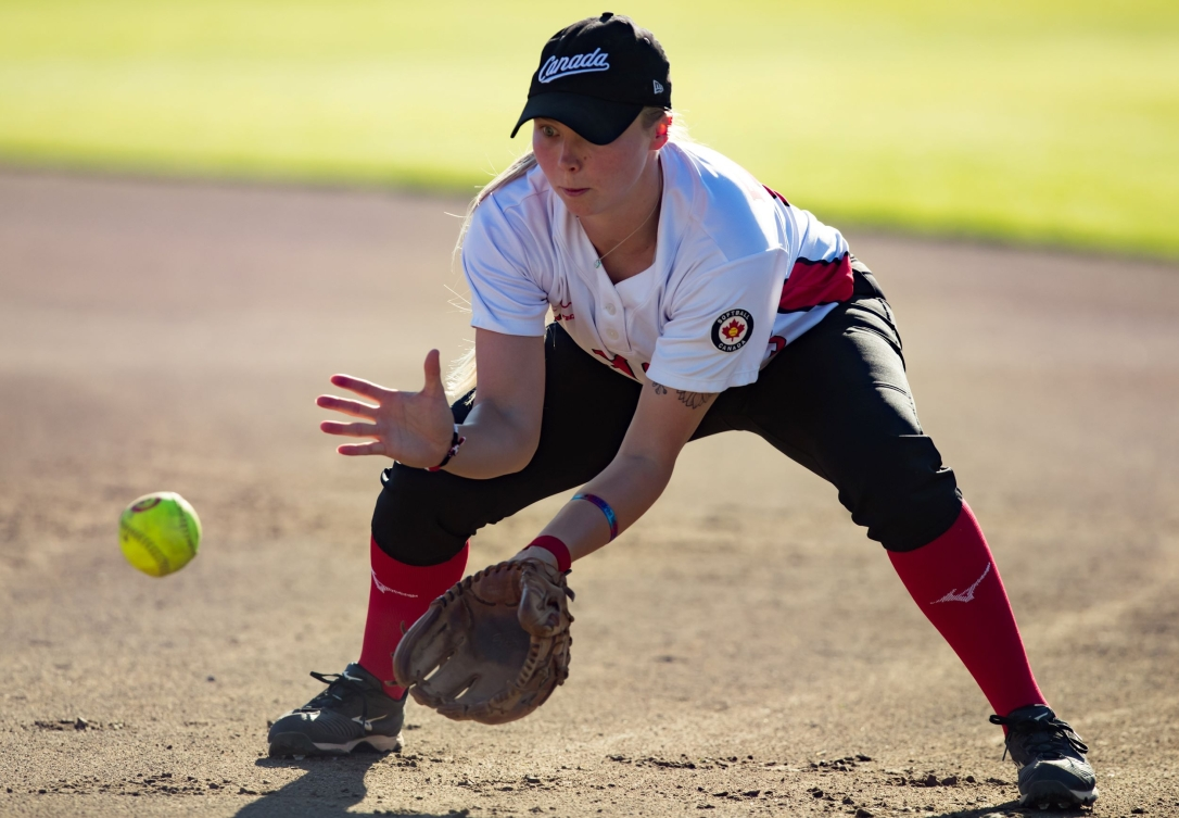 Une joueuse de softball attrape la balle