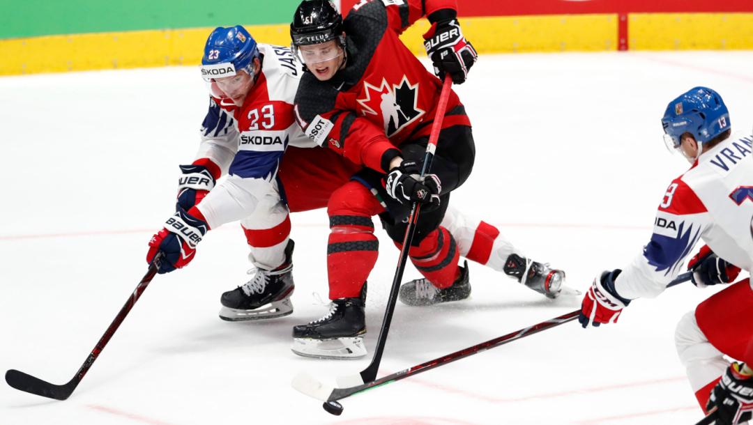 Czech Republic's Dmitrij Jaskin, à gauche, dispute la rondelle à Troy Stecher du Canada pendant un match.