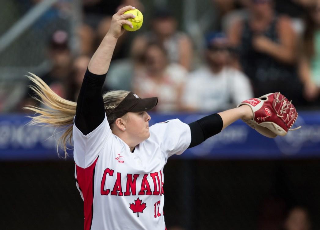 Une joueuse de softball s'apprête à lancer la balle