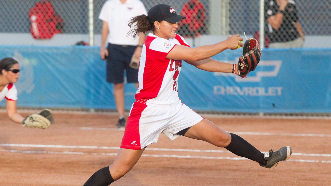 Une joueuse de softball lance la balle