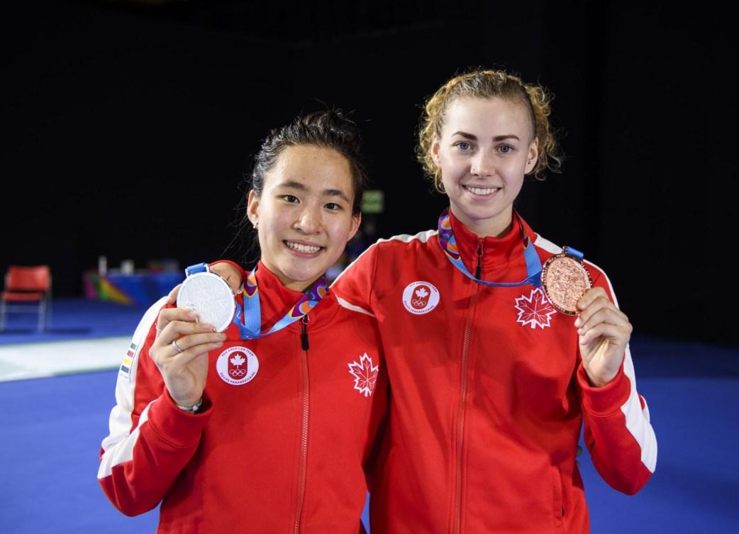 Deux Canadiennes posent avec leurs médailles