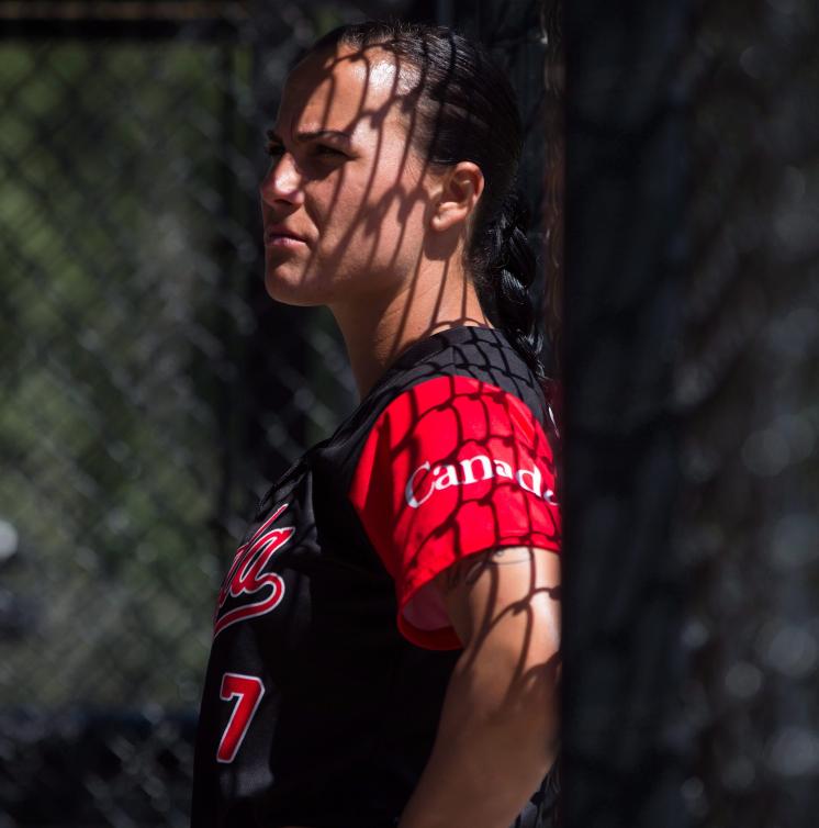Une joueuse de softball prend une pause