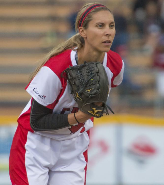 Une lanceuse de softball en action