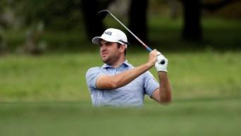 Un joueur de golf regarde la balle voler après l'avoir frappé