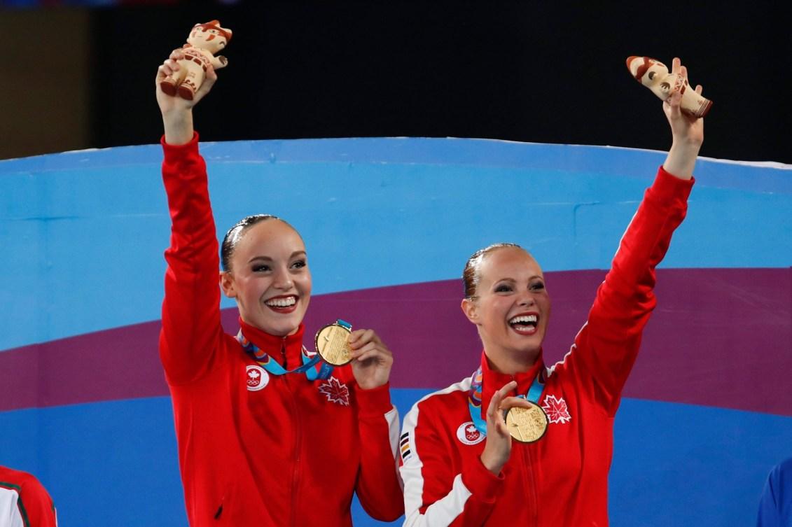 Deux athlètes saluent la foule sur le podium