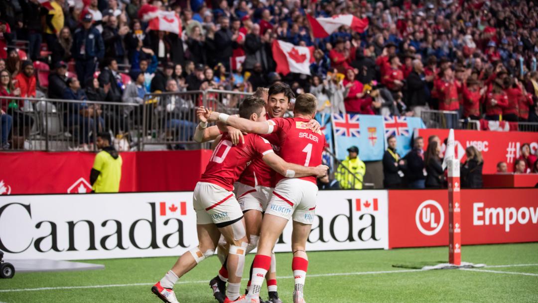 Des joueurs de rugby célèbrent leur victoire sur le terrain