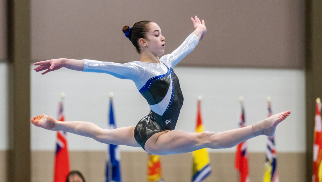 Une gymnaste en plein saut