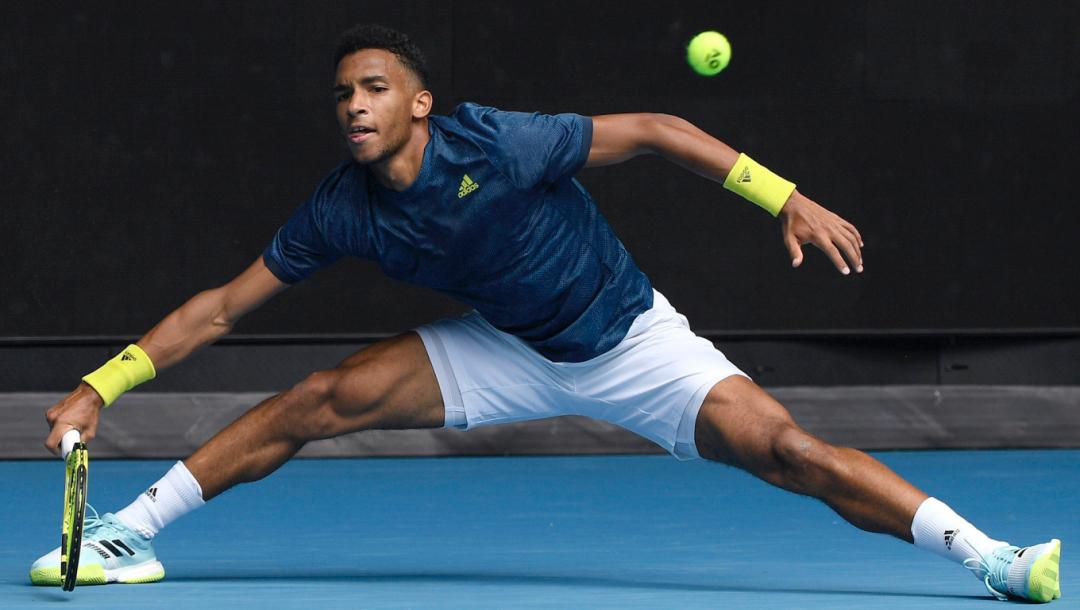 Un joueur de tennis renvoie la balle