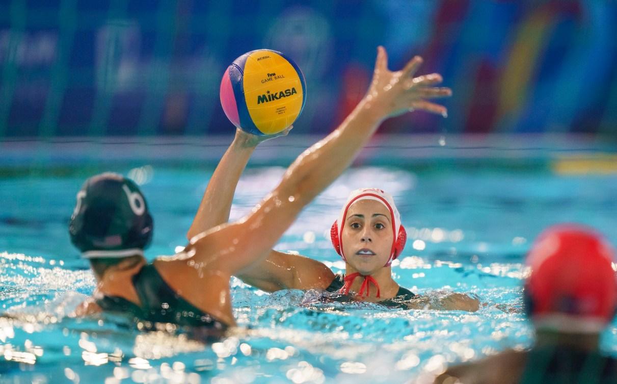 Une joueuse de water-polo s'apprête à lancer le ballon