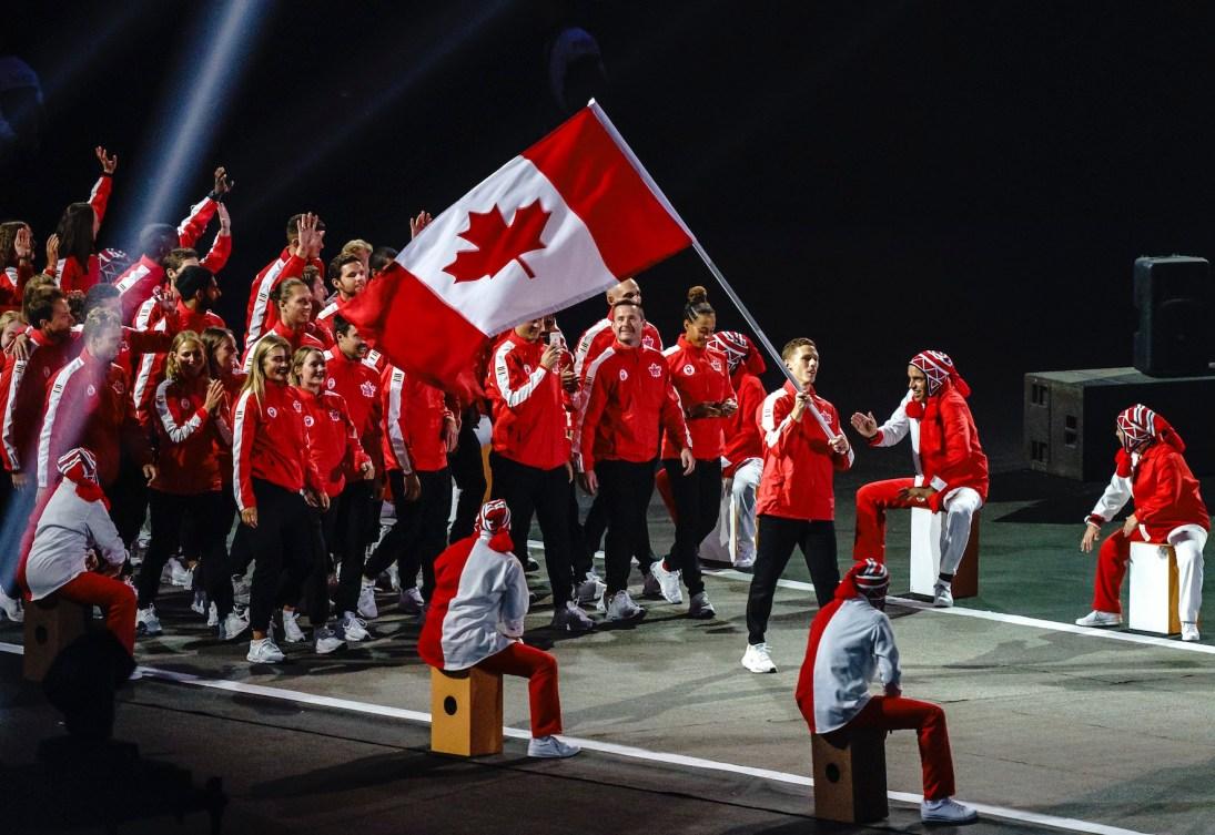 Des athlètes entrent dans le stadium pour la cérémonie d'ouverture