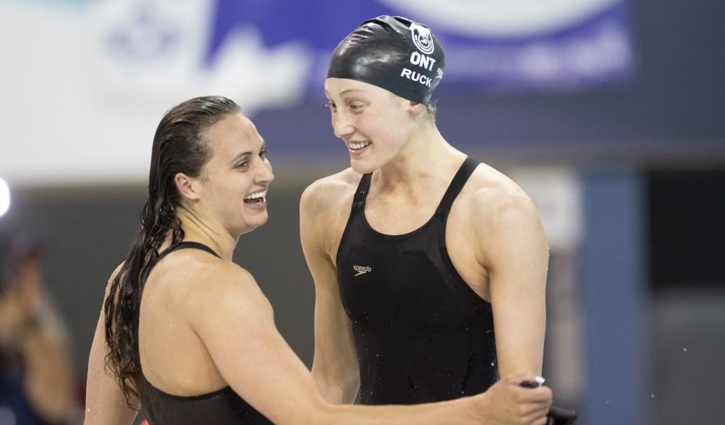 Kylie Masse et Taylor Ruck se félicitent mutuellement après le 100 m dos aux Essais olympiques canadiens