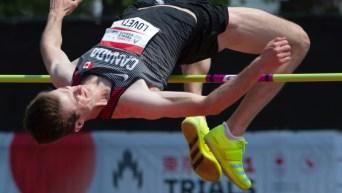 Django Lovett franchit la barre de 2,29 m à l'épreuve du saut en hauteur.