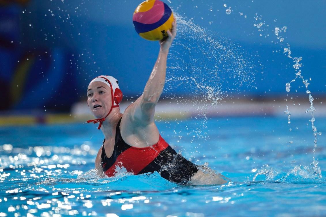 Une joueuse de water-polo en action