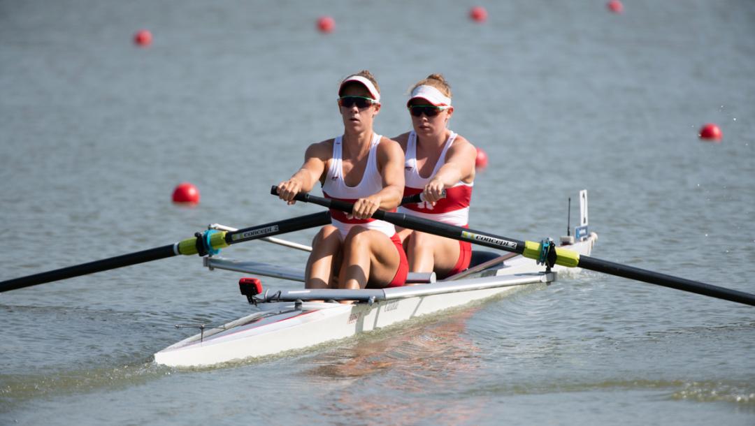 Deux athlètes d'aviron en action