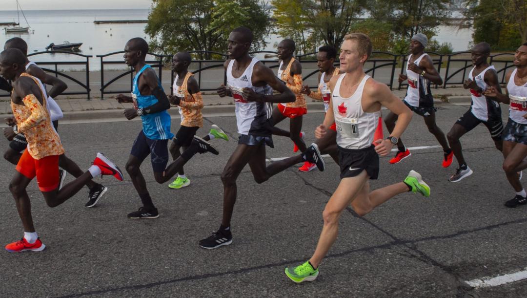 Des athlètes courent un marathon