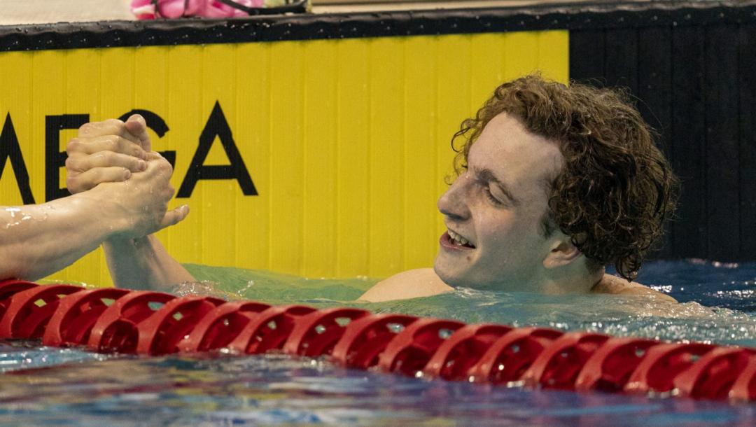 Un nageur félicite un autre nageur à la fin de sa course