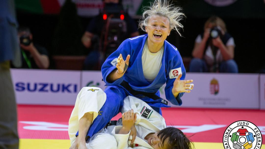 Une judoka réagit face à l'annonce de sa victoire