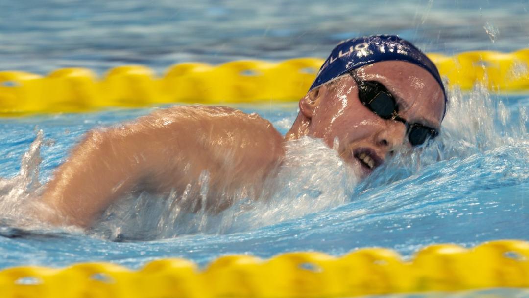 Une nageuse en action