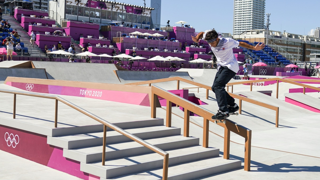 Un athlète de skateboard descend sur une rampe