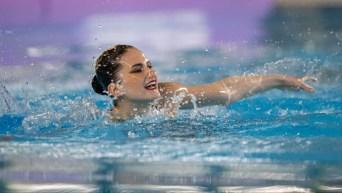 Une nageuse artistique performe sa routine