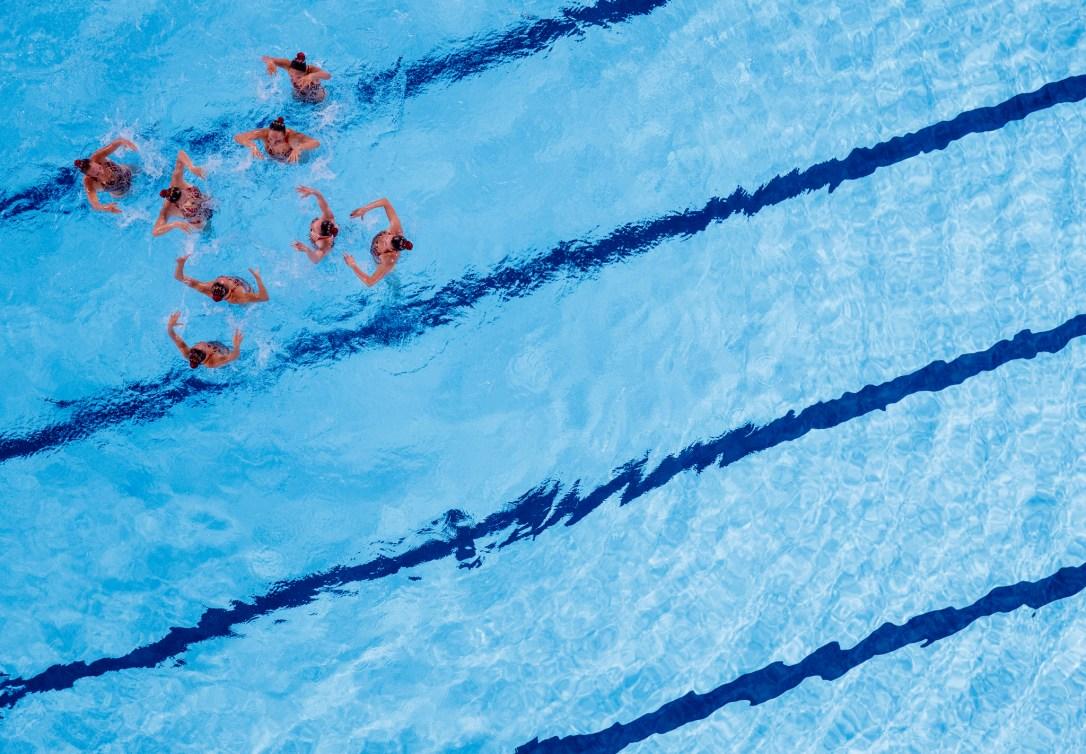 Une équipe de natation artistique en pleine performance