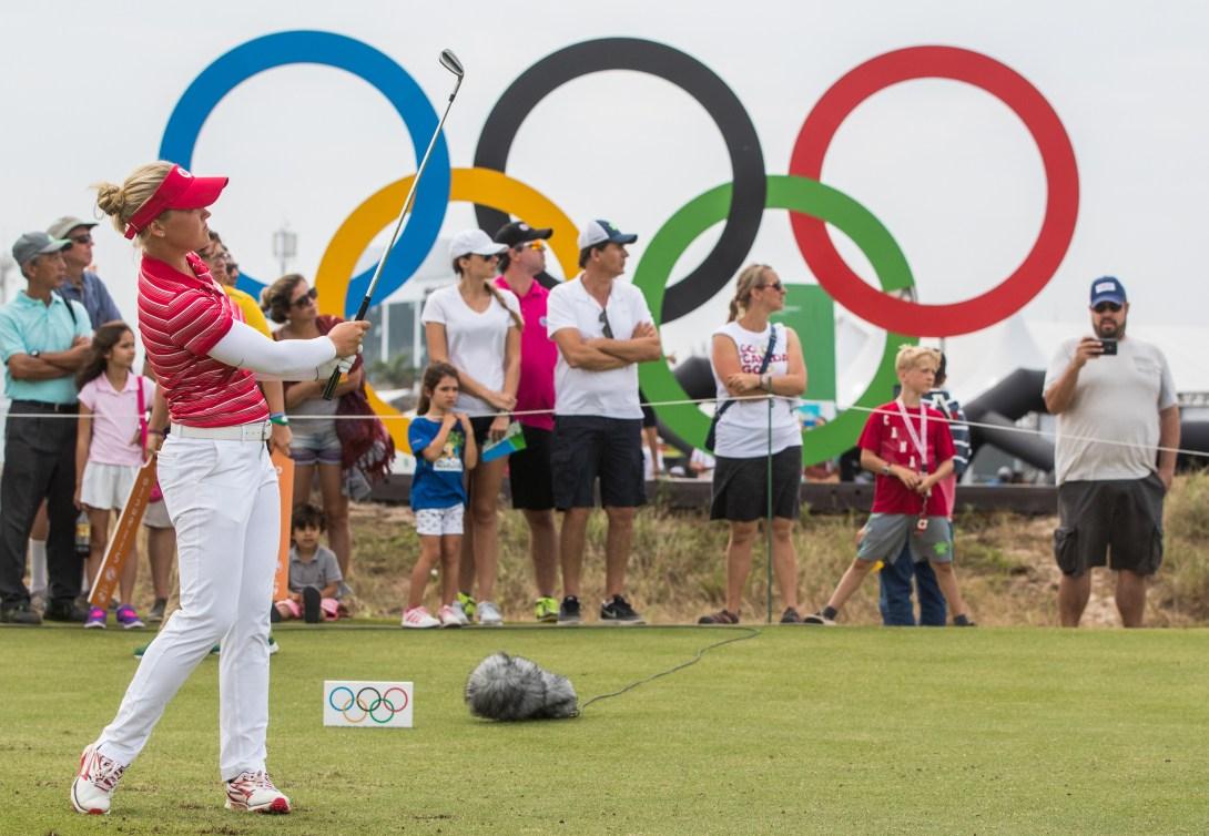 Une golfeuse regarde sa balle filer