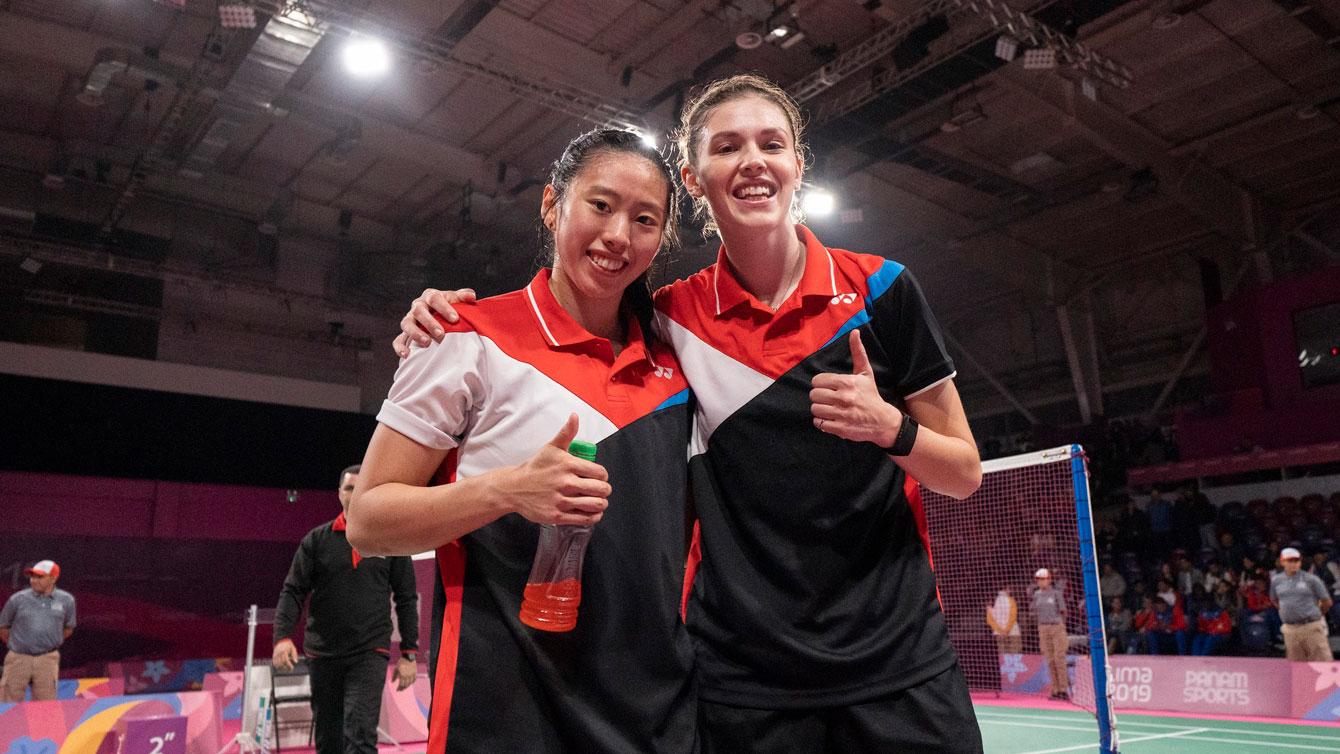 Deux joueuses de badminton posent avec le pouce levé