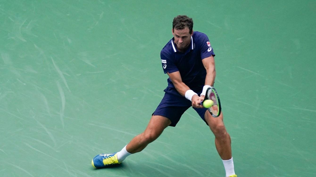 Un joueur de tennis frappe la balle
