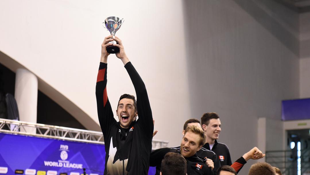 Un joueur de volleyball présente son trophée