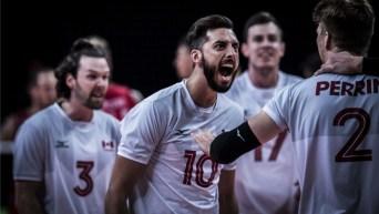Des athlètes de volleyball célèbrent une victoire