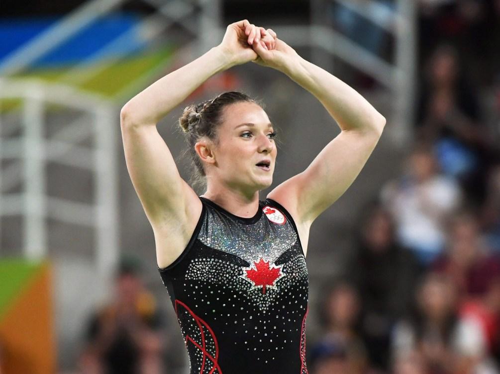 Une gymnaste sourit à la fin de sa routine