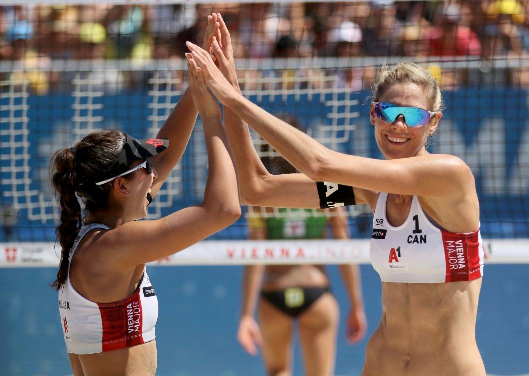 Deux joueuses de volleyball de plage se tapent dans les mains
