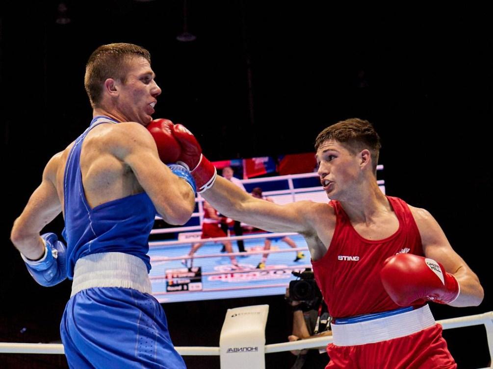 Deux boxeurs en plein match