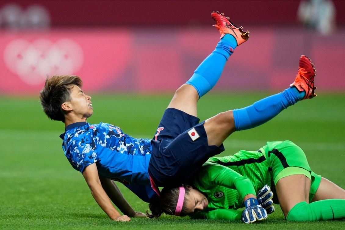 Deux joueuses de soccer entrent en collision