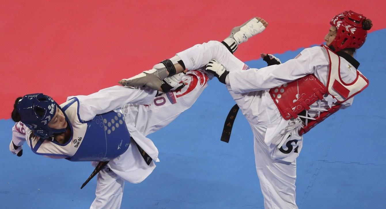 Deux athlètes de taekwondo s'affrontent