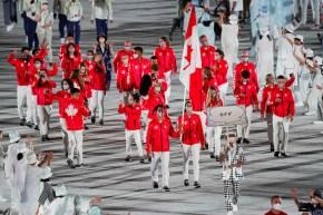 La délégation canadienne défile pendant la Cérémonie d'ouverture à Tokyo.