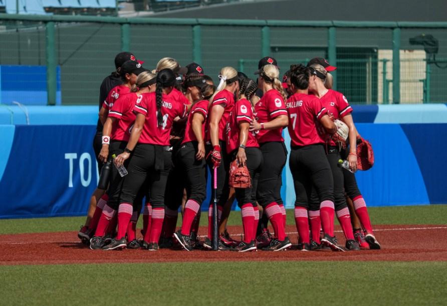 L'équipe féminine de softball en caucus.