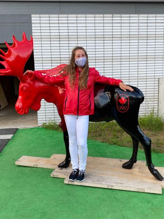 Hayley Daniels pose avec la statue d'orignal emblématique d'Équipe Canada.