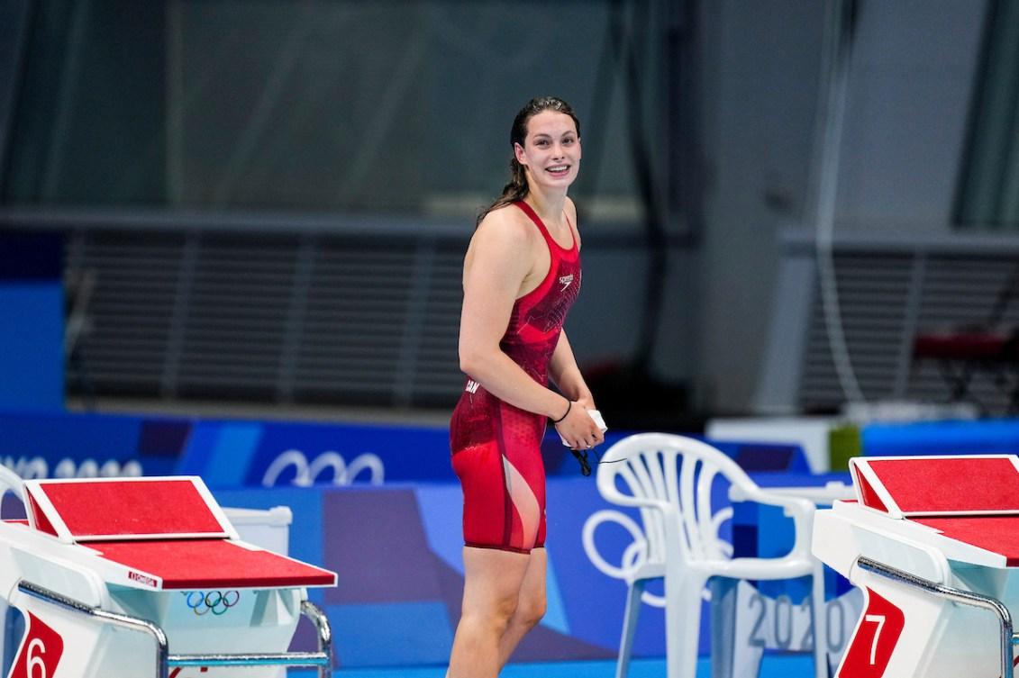 Penny Oleksiak derrière le plot de départ après le 200 m style libre.