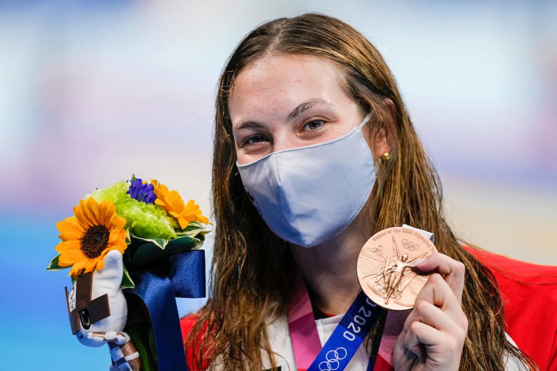 Penny Oleksiak pose avec sa médaille de bronze.