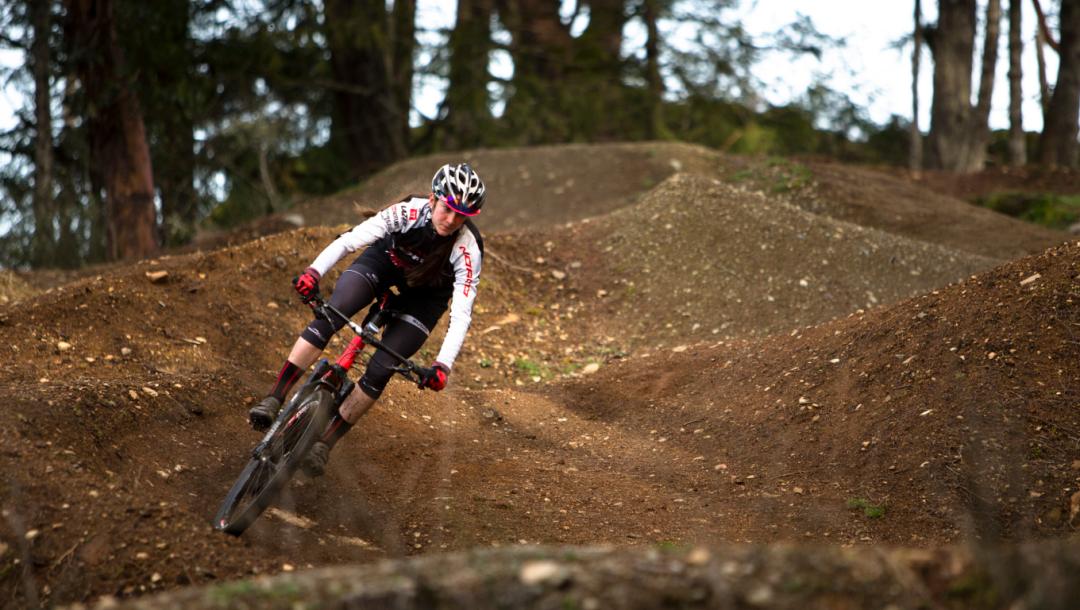 Une cycliste descend la montagne