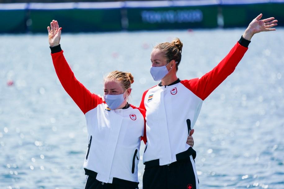 Les deux athlètes sur le podium olympique.