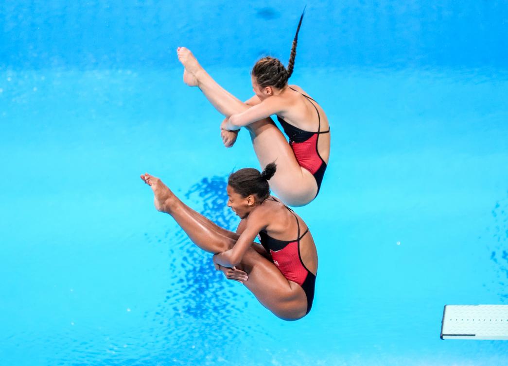 Les plongeuses canadiennes Jennifer Abel, à l'avant, et Mélissa Citrini-Beaulieu compétitionne à l'épreuve féminine du tremplin de 3 m synchronisé.