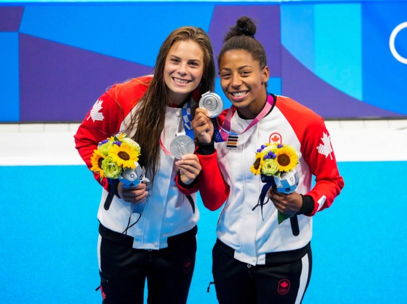Jennifer Abel et Mélissa Citrini-Beaulieu montrent leur médaille d'argent sur le podium
