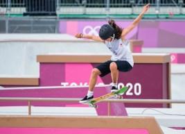 Une athlète de skateboard en action