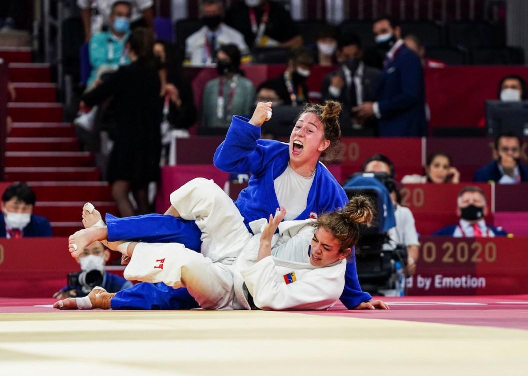 Une judoka célèbre sa victoire