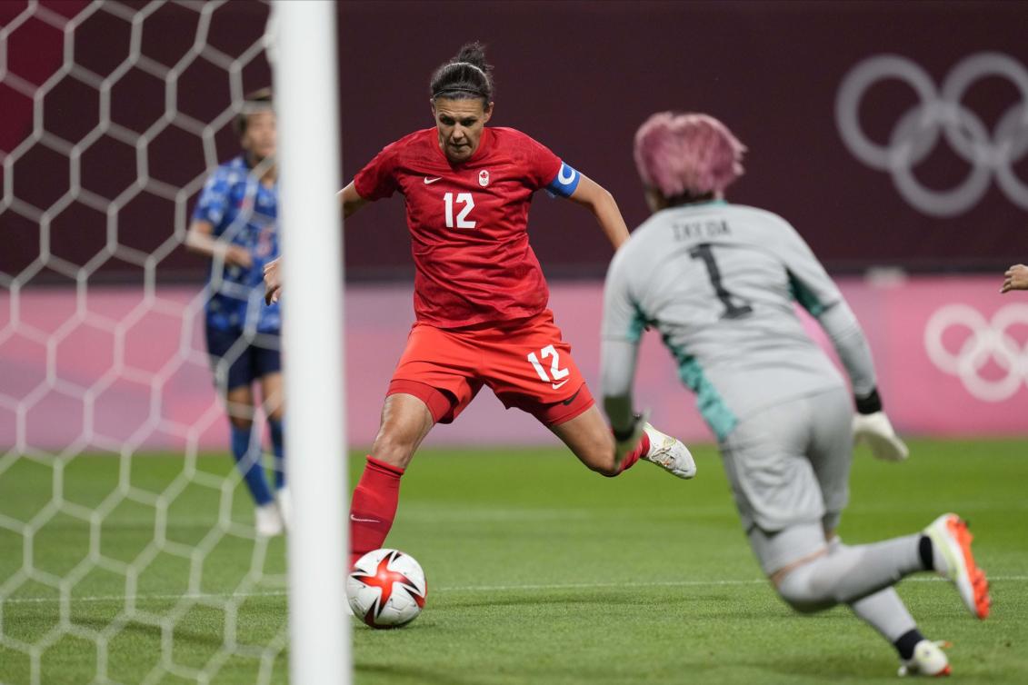 Une joueuse de soccer s'apprête à tirer vers le but