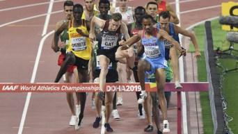 Un peloton de coureurs au 3000 m steeplechase